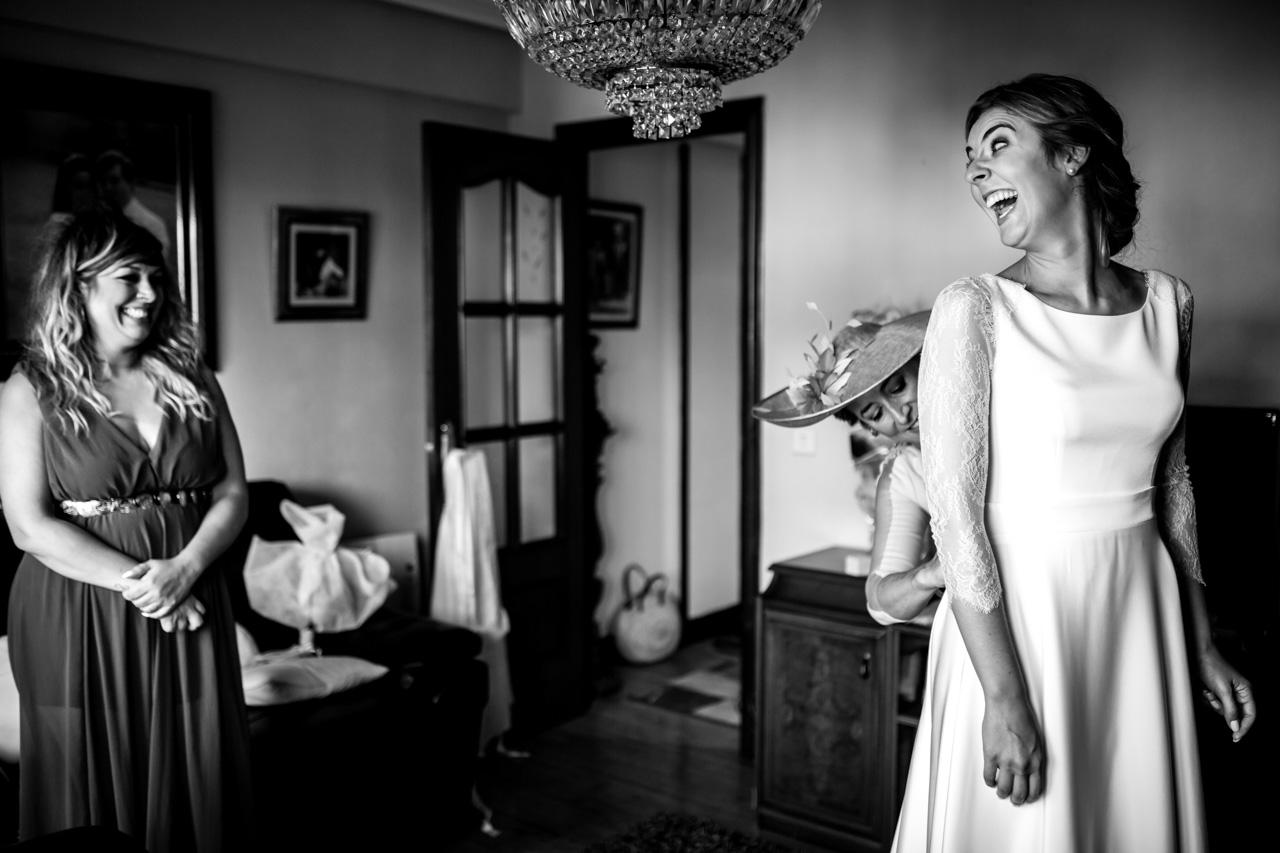 últimos preparativos de la novia antes de salir hacia el altar en una boda en irun