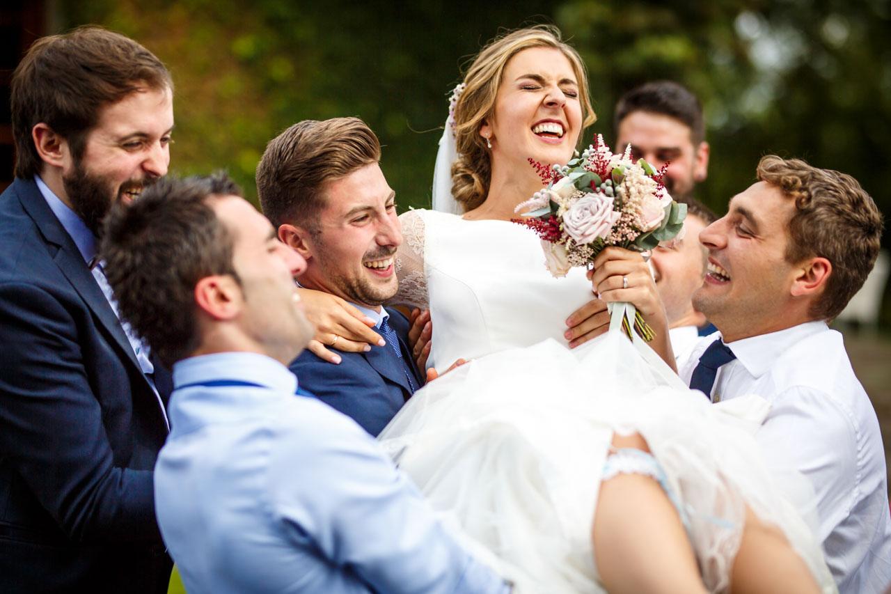 los amigos mantean a la novia en una boda en el real club golf de san sebastian