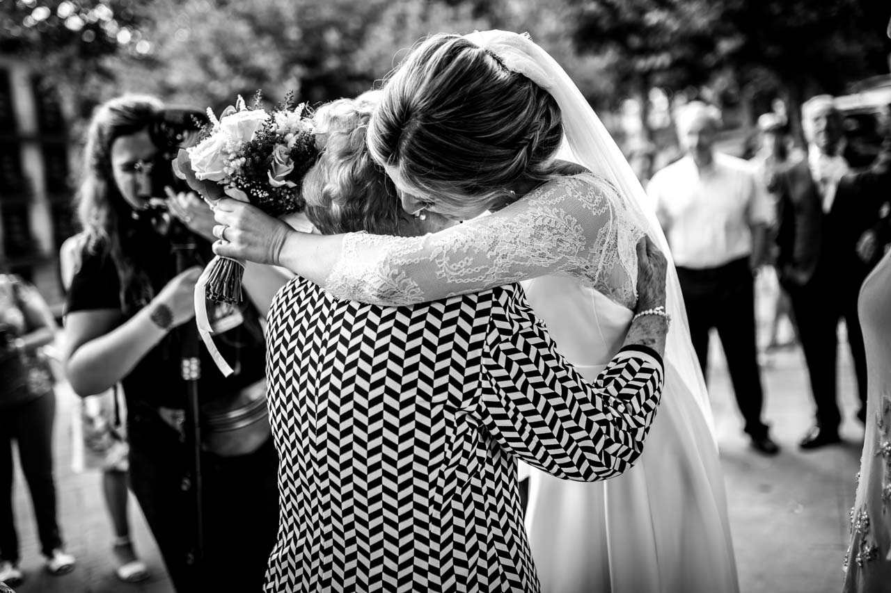 la novia abraza a su abuela en una boda en irun