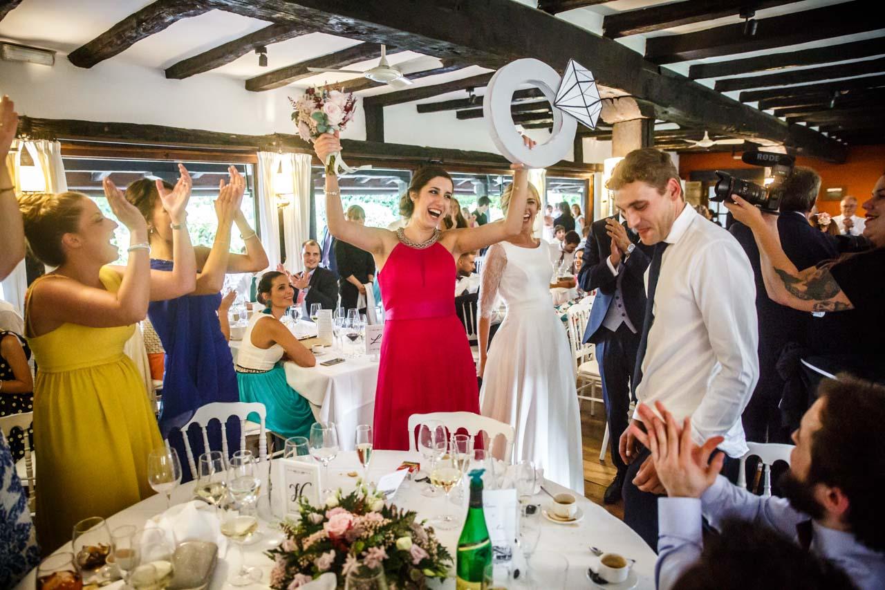 la novia entrega el ramo a su amiga en una boda en el real club golf de san sebastian