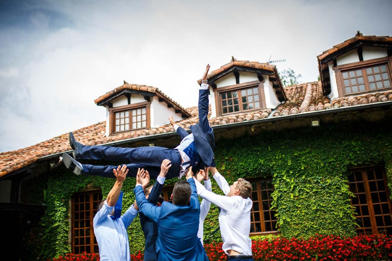 los amigos mantean al novio en una boda en el real club golf de san sebastian