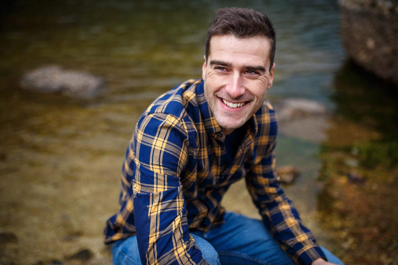 Retrato de el novio en la laguna negra en una preboda en Soria
