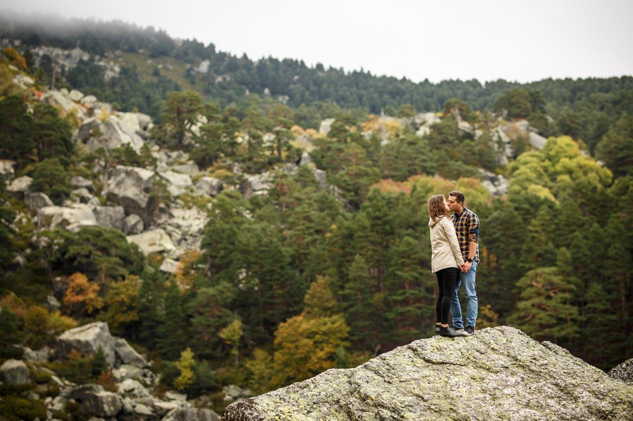 Los novios se besan en lo alto de una roca de la laguna negra en una preboda en Soria