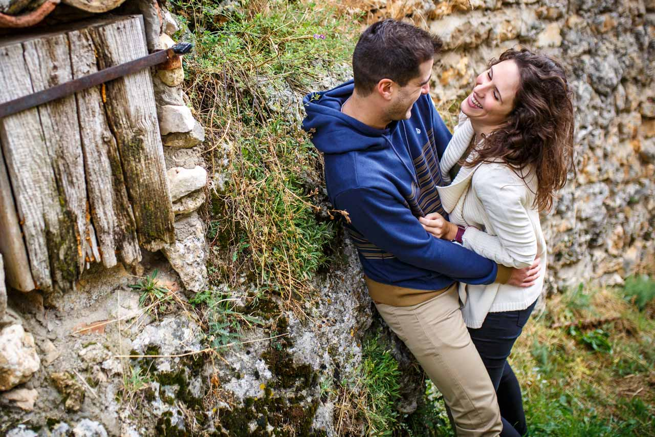 los novios se ríen en una preboda en Soria
