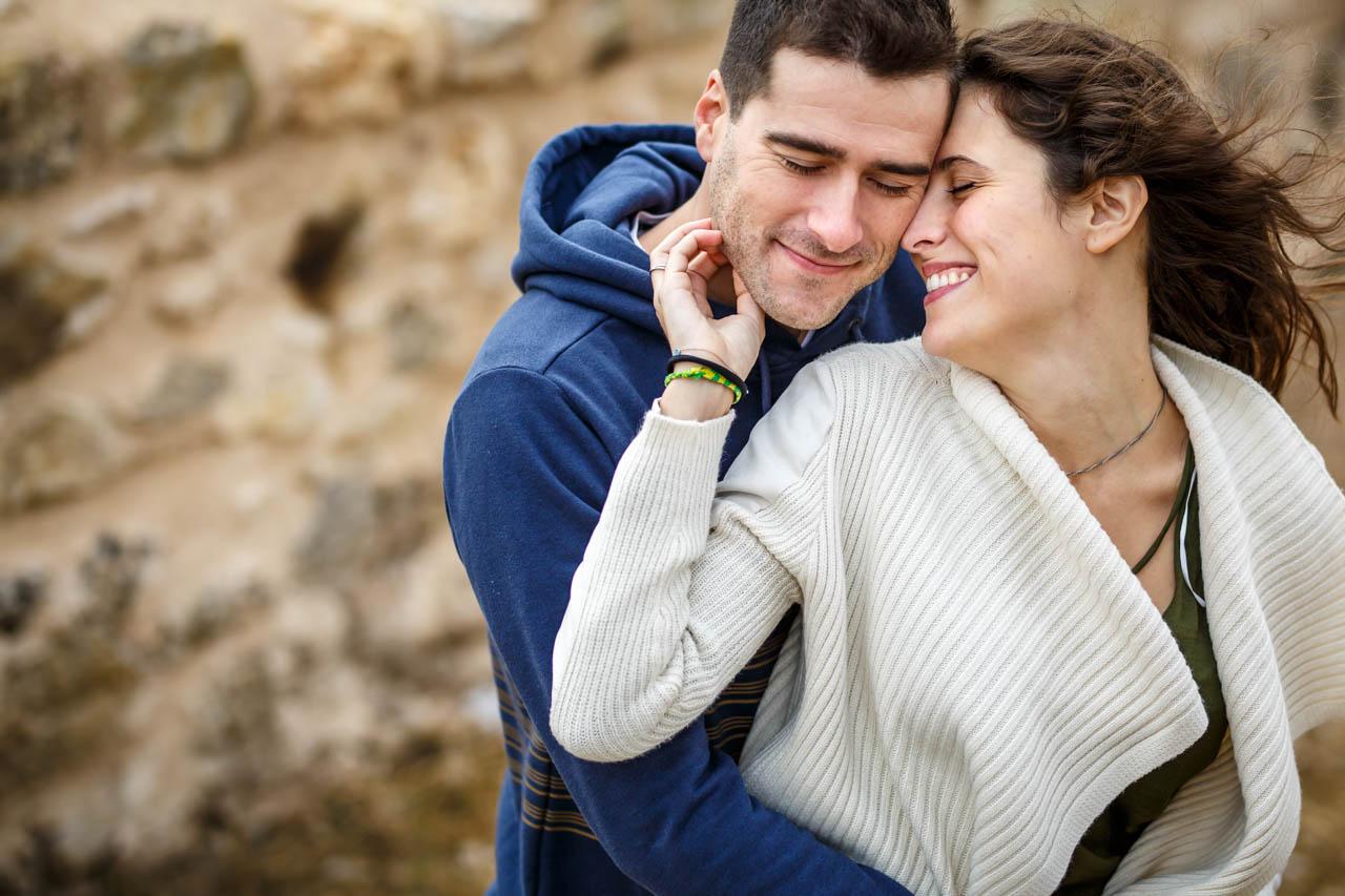 la novia acaricia al novio en una preboda en Soria