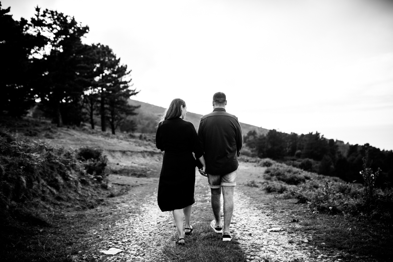 caminando por el monte fotografía en blanco y negro