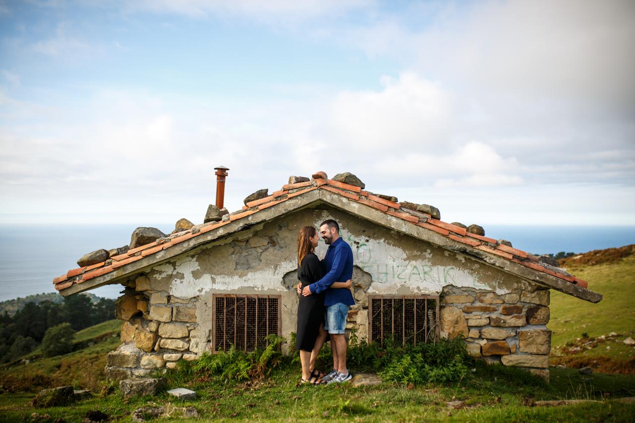 pareja casi besandose delante de la casota del monte jaizkibel
