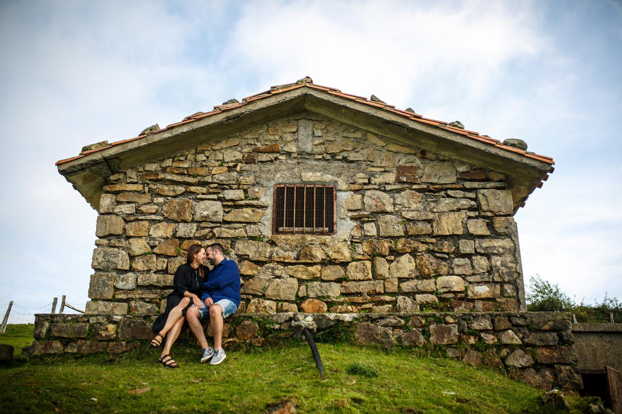 pareja sentada en una casota en un monte en hondarribia