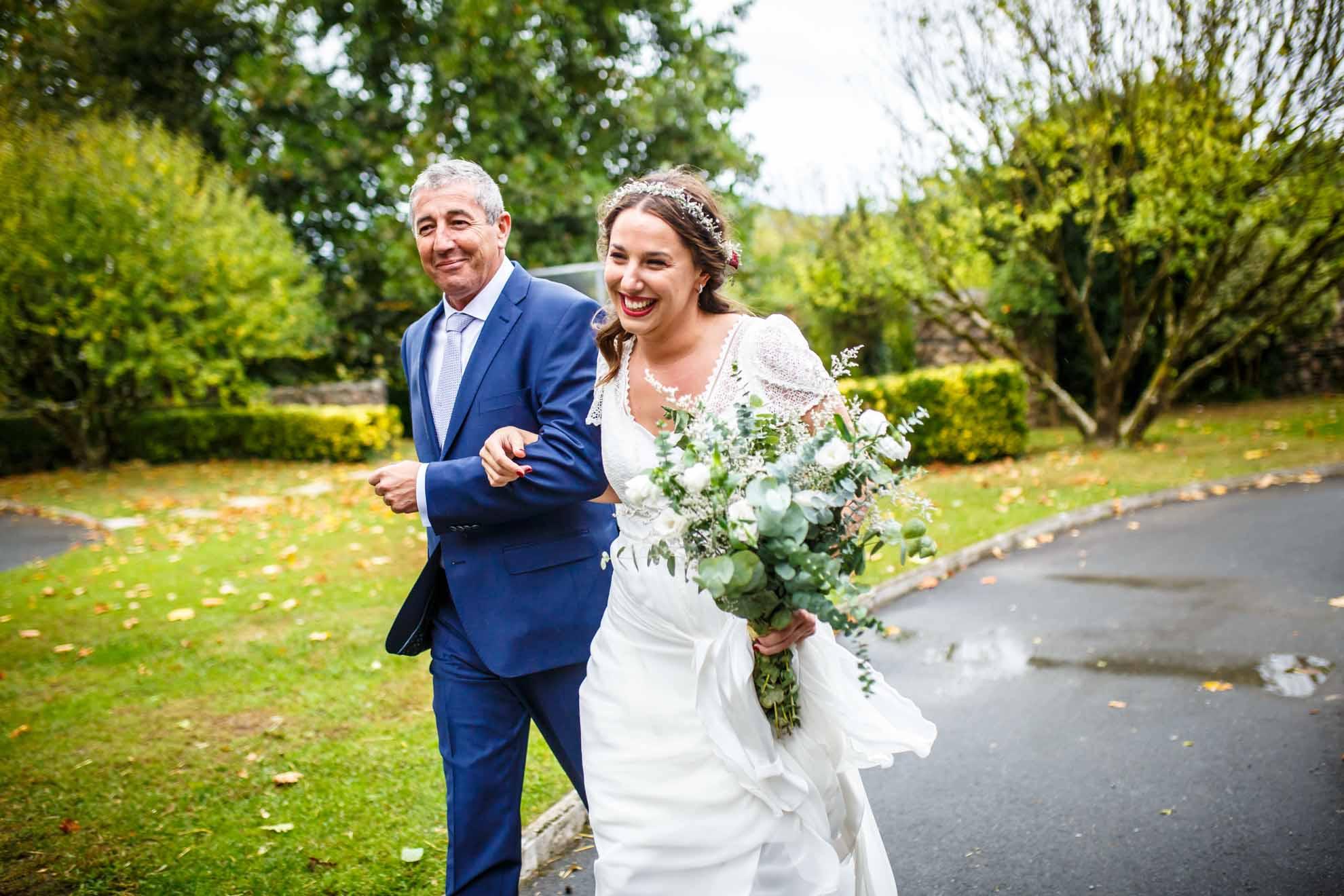 novia llegando a la ceremonia