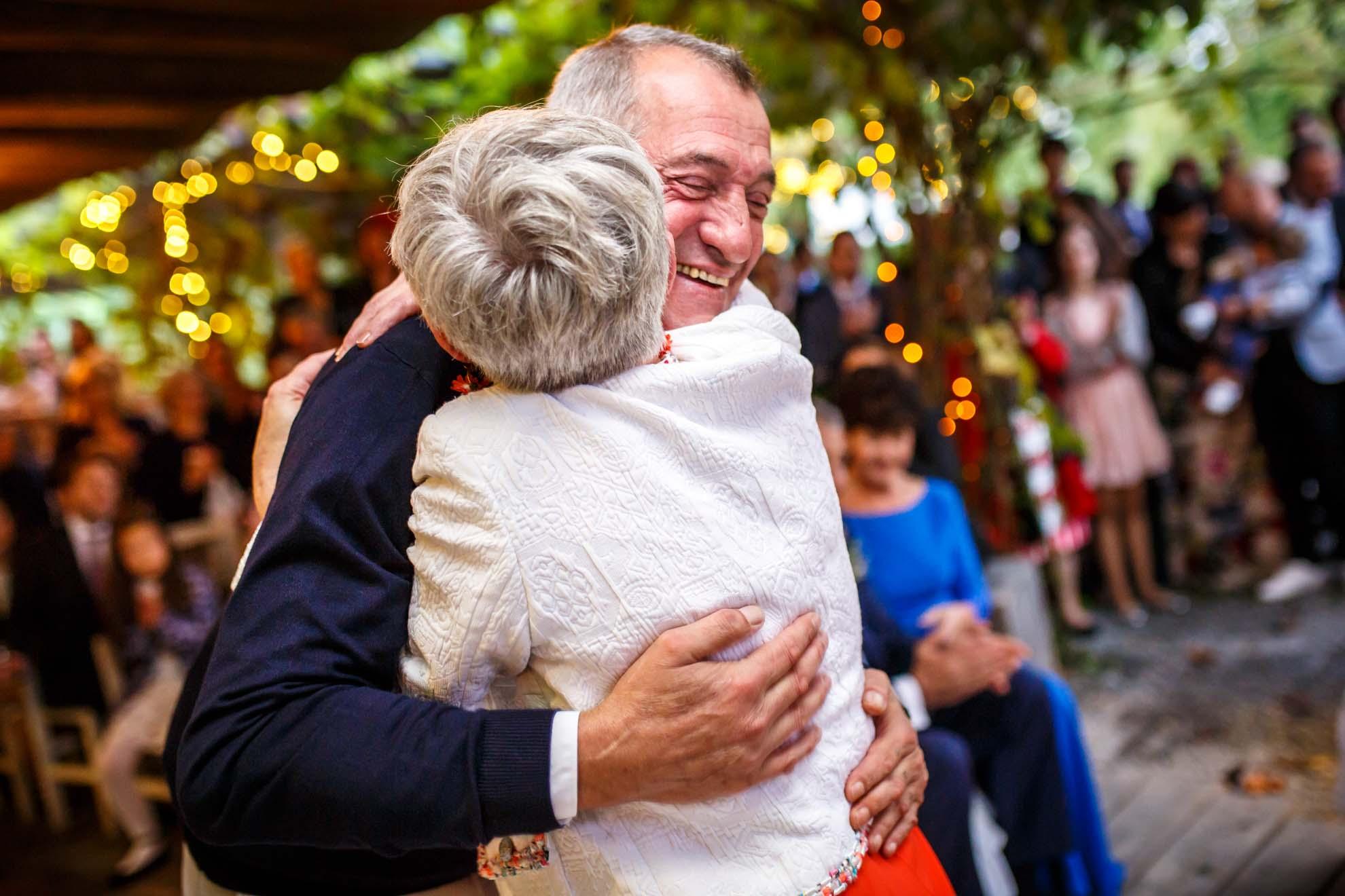 abrazo de los padres de los novios