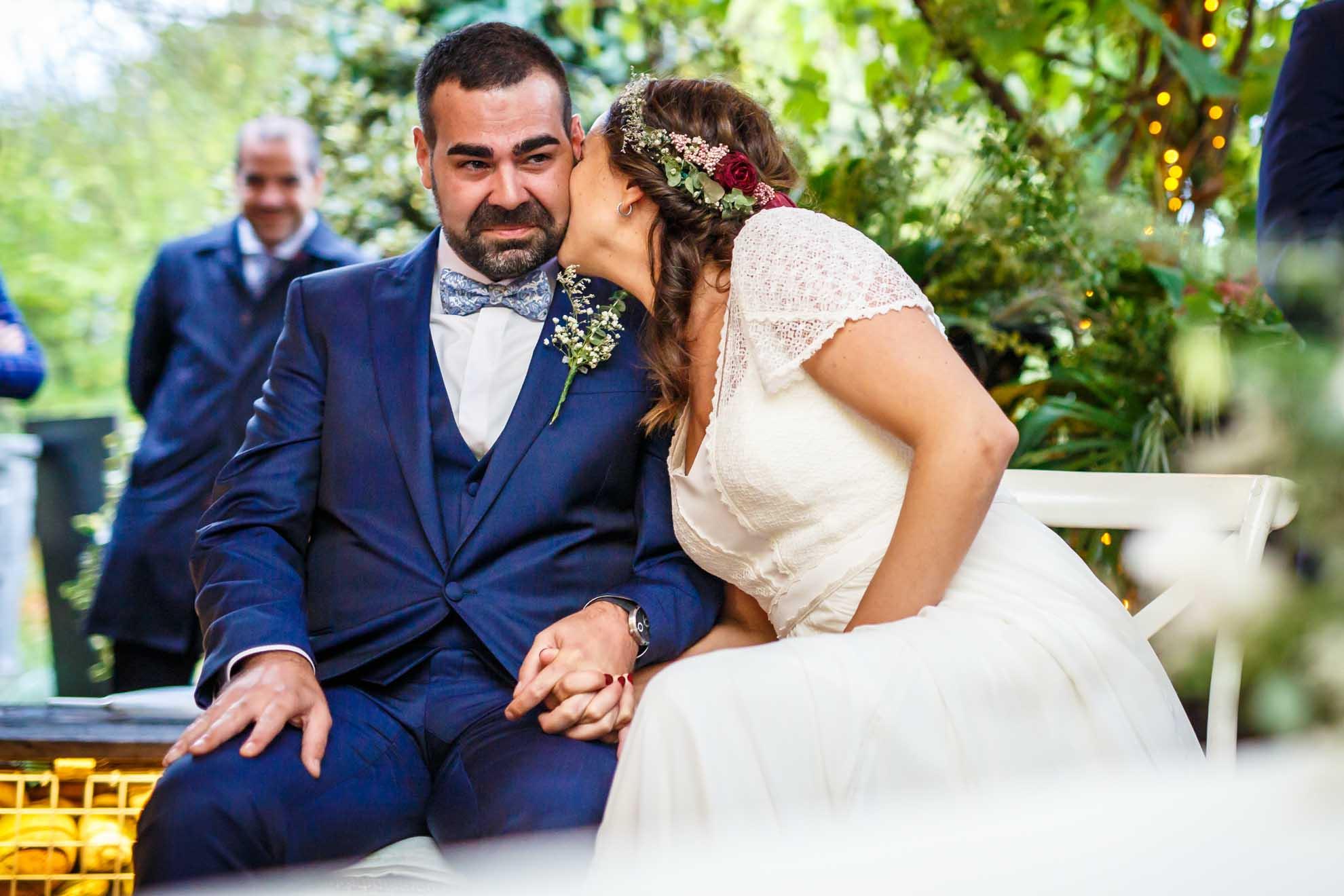 la novia besa en el moflete a su marido