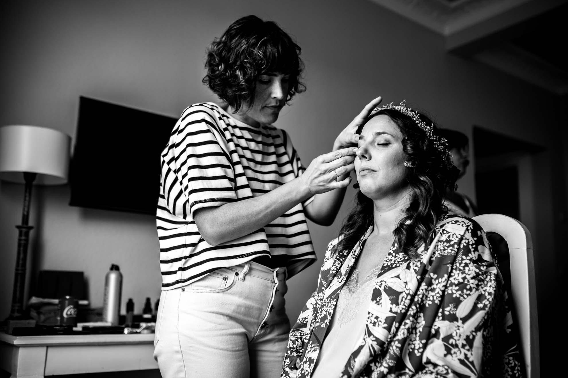 la novia en sus preparativos la maquillan