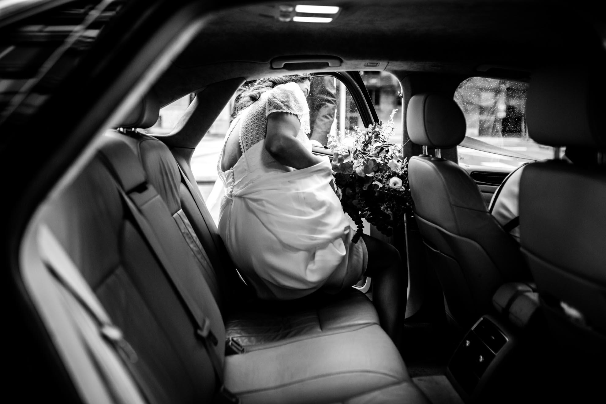 novia entrando en el coche direccion al restaurante araeta