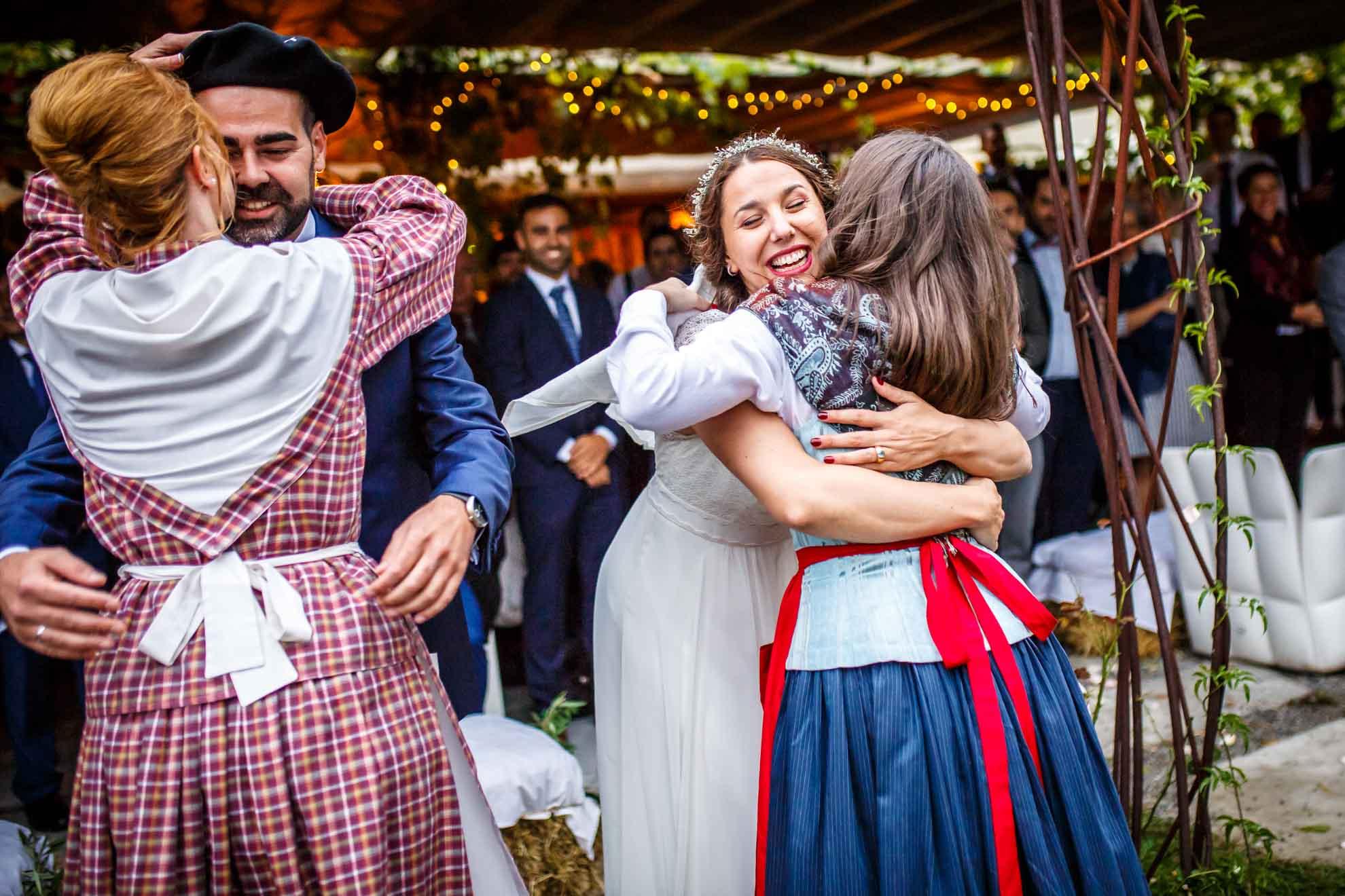 amigas abrazan a la novia tras el baile aurresku