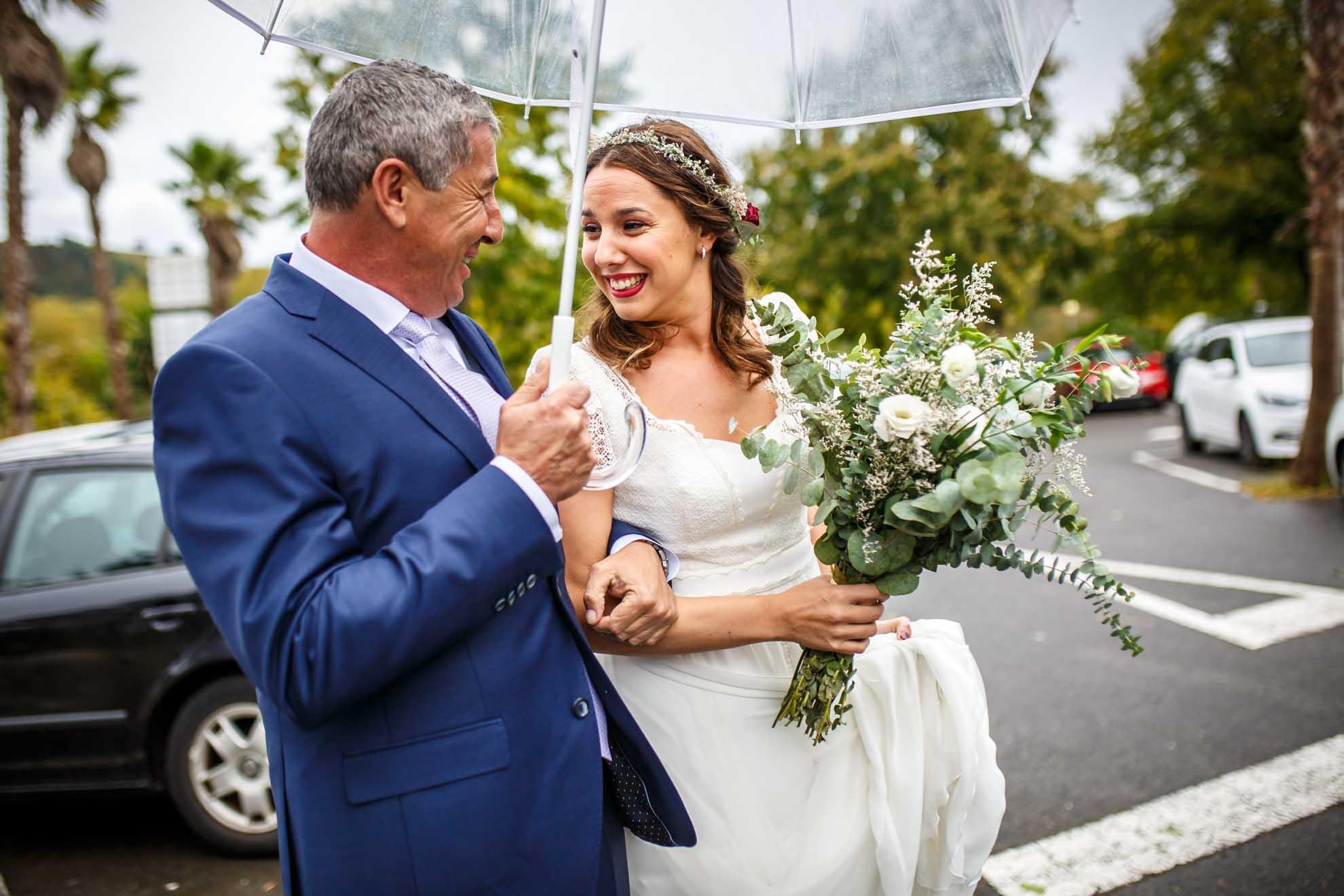 padre e hija mirandose tras salir del coche