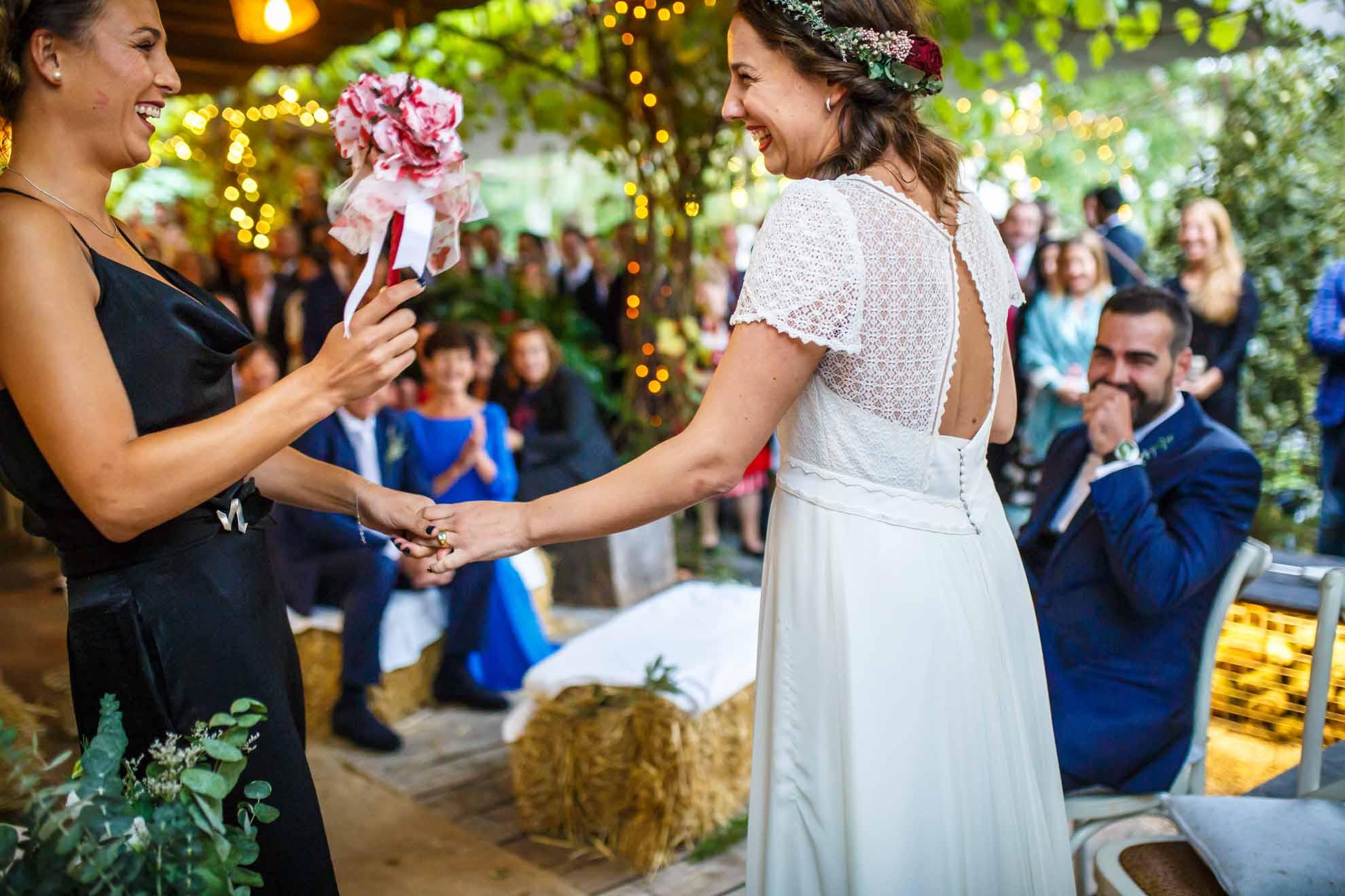 amiga le da un ramo de plastico a la novia