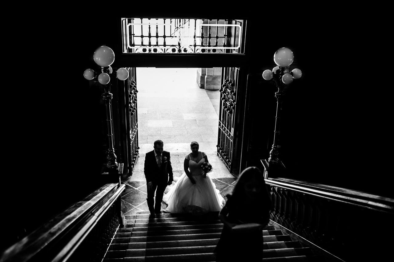 novia con padrino subiendo las escaleras del ayuntamiento de irun