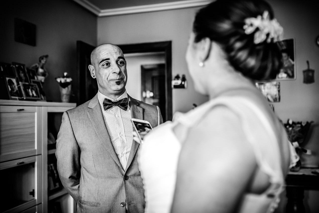 amigo de la novia viendo a la novia por primera vez