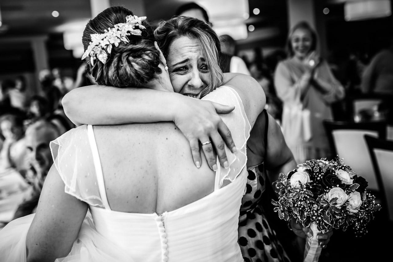 abrazo entre la novia y la tia en el restaurante atalaia tras un regalo