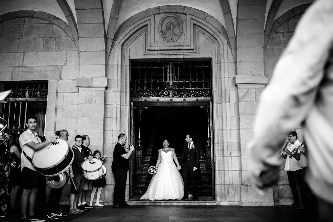 novios en la salida de la ceremonia en el ayuntamiento de irun