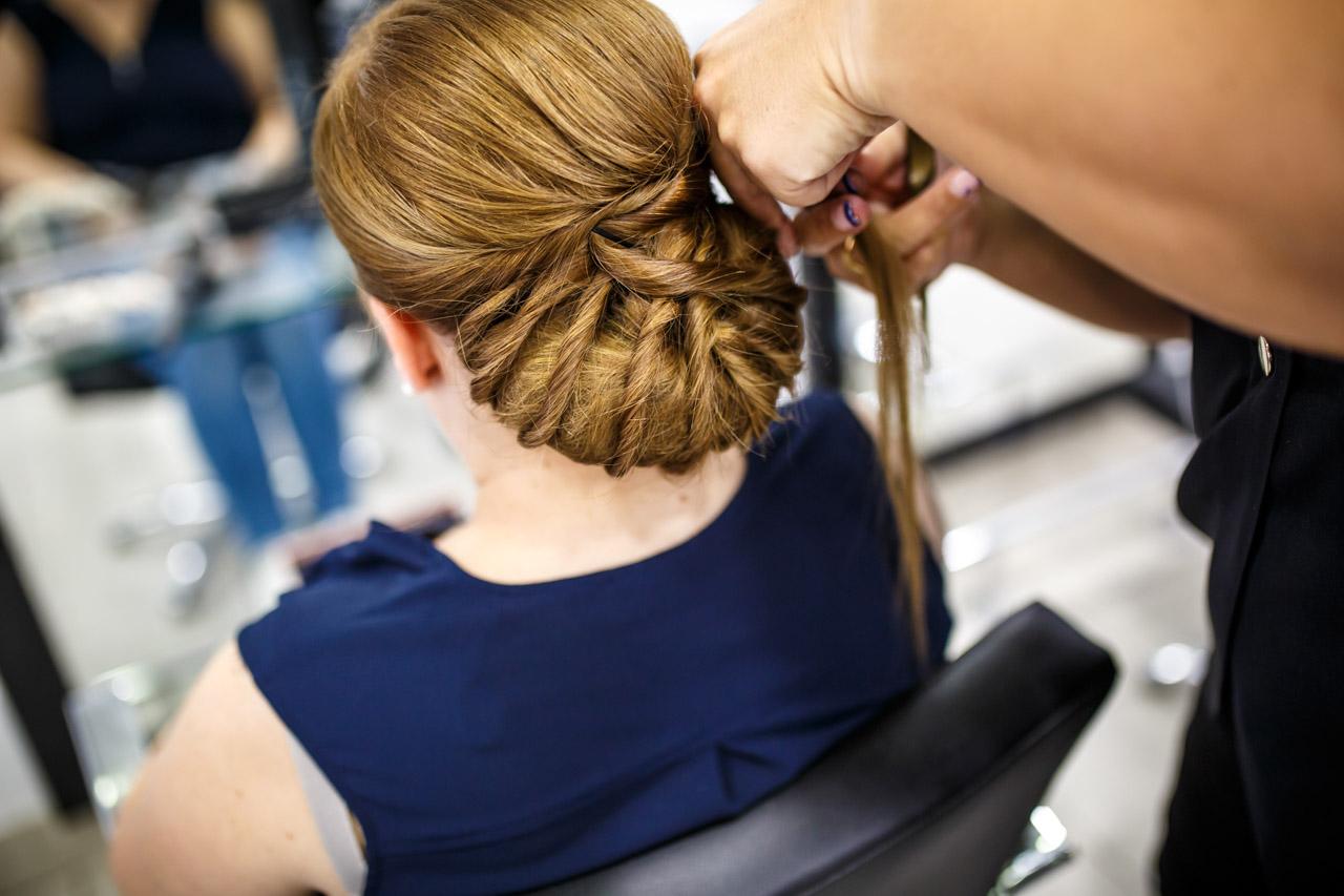 novia en la peluquería peinandose