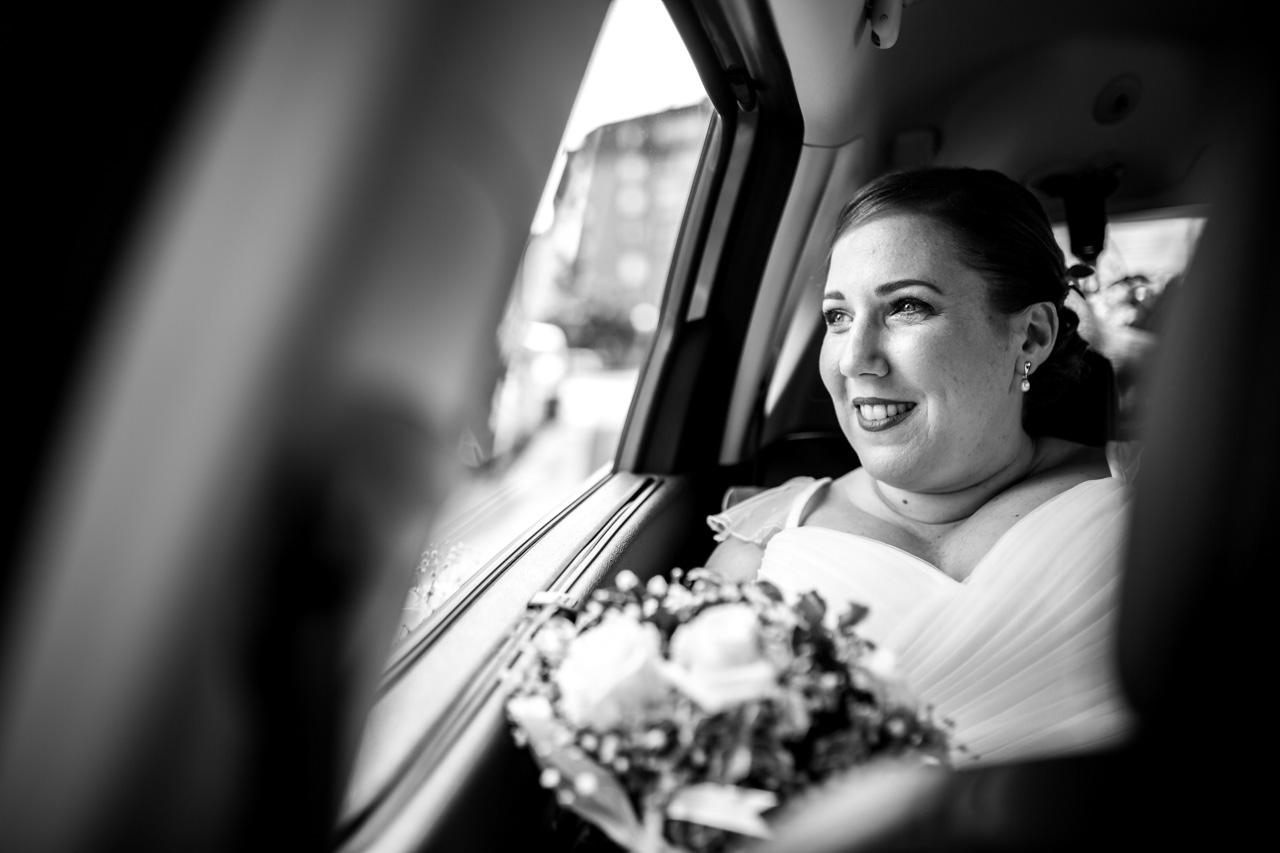 novia en el coche esperando al novio