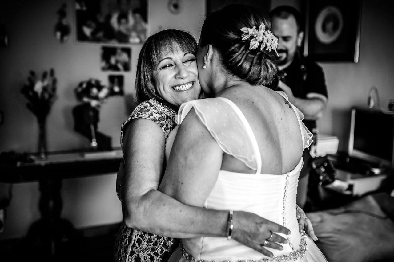 novia besando a si madre despues de verse por primera vez