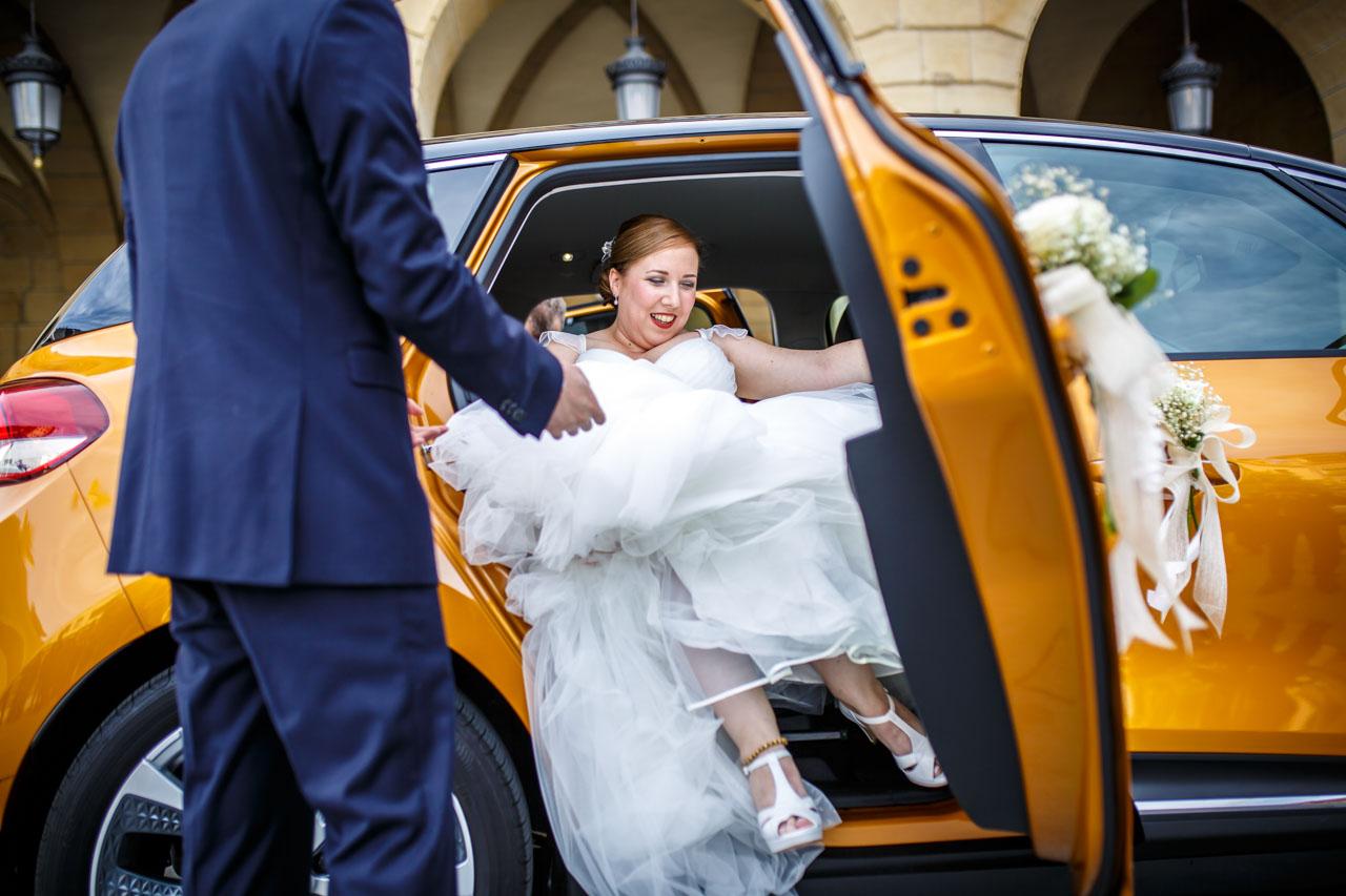 novia saliendo del coche en la plaza del ayuntamiento