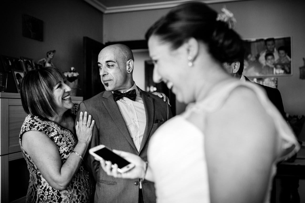 amigo de la novia emocionado despues de verda por primera vez