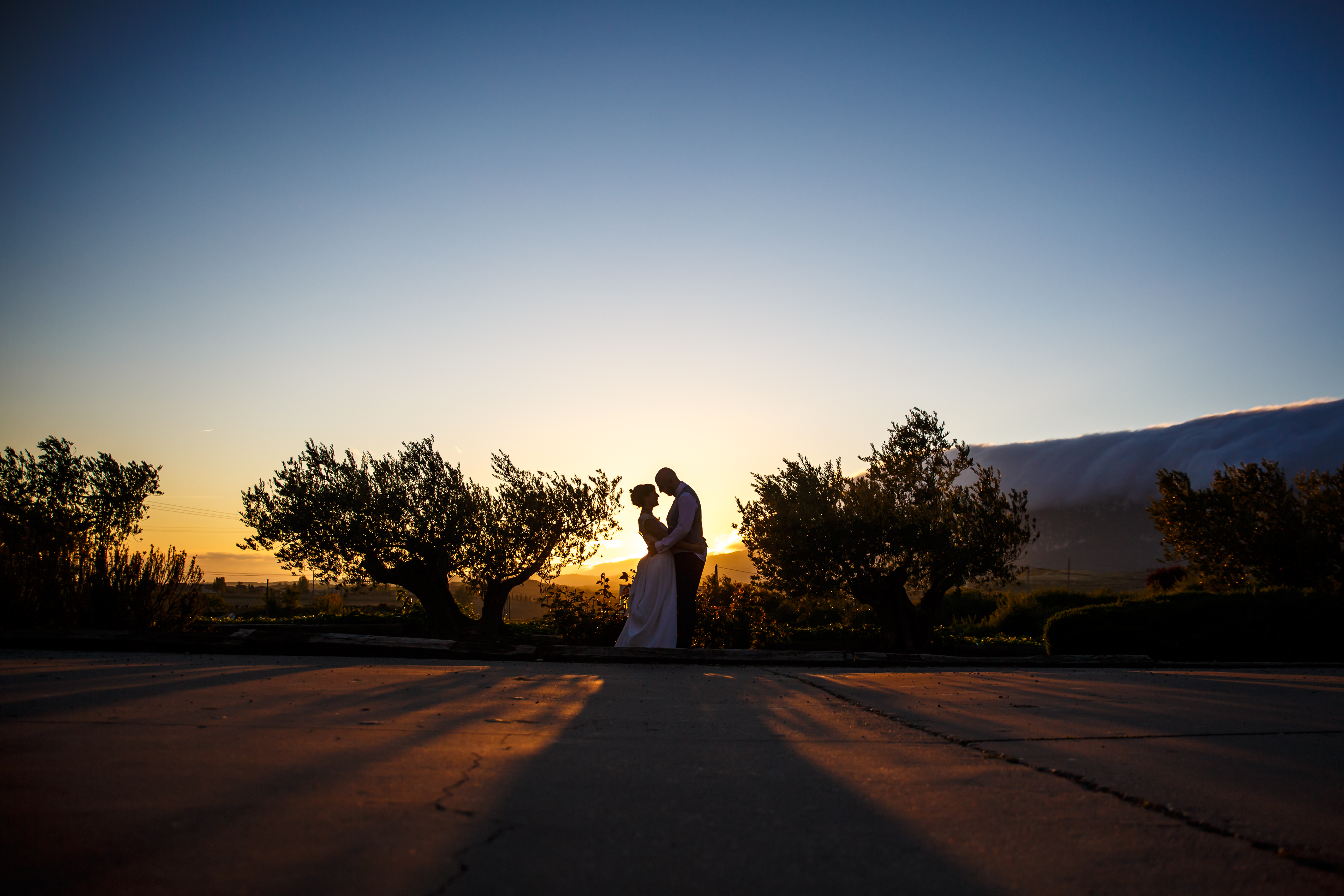 foto de los novios con la puesta de sol en una boda en laguardia