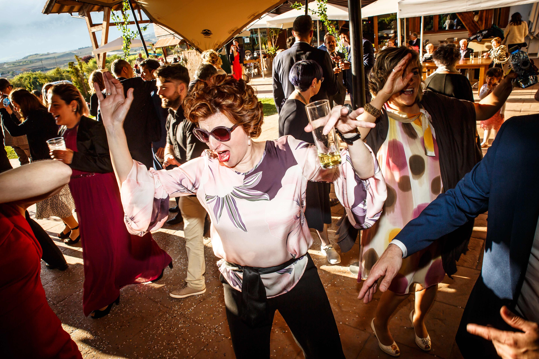 unas invitadas bailando en una boda en laguardia