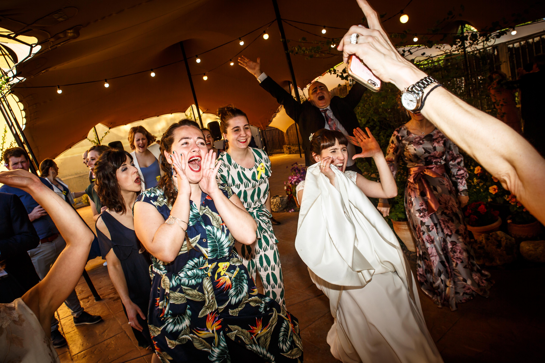 las amigas de la novia y la novia cantando a gritos en una boda en laguardia