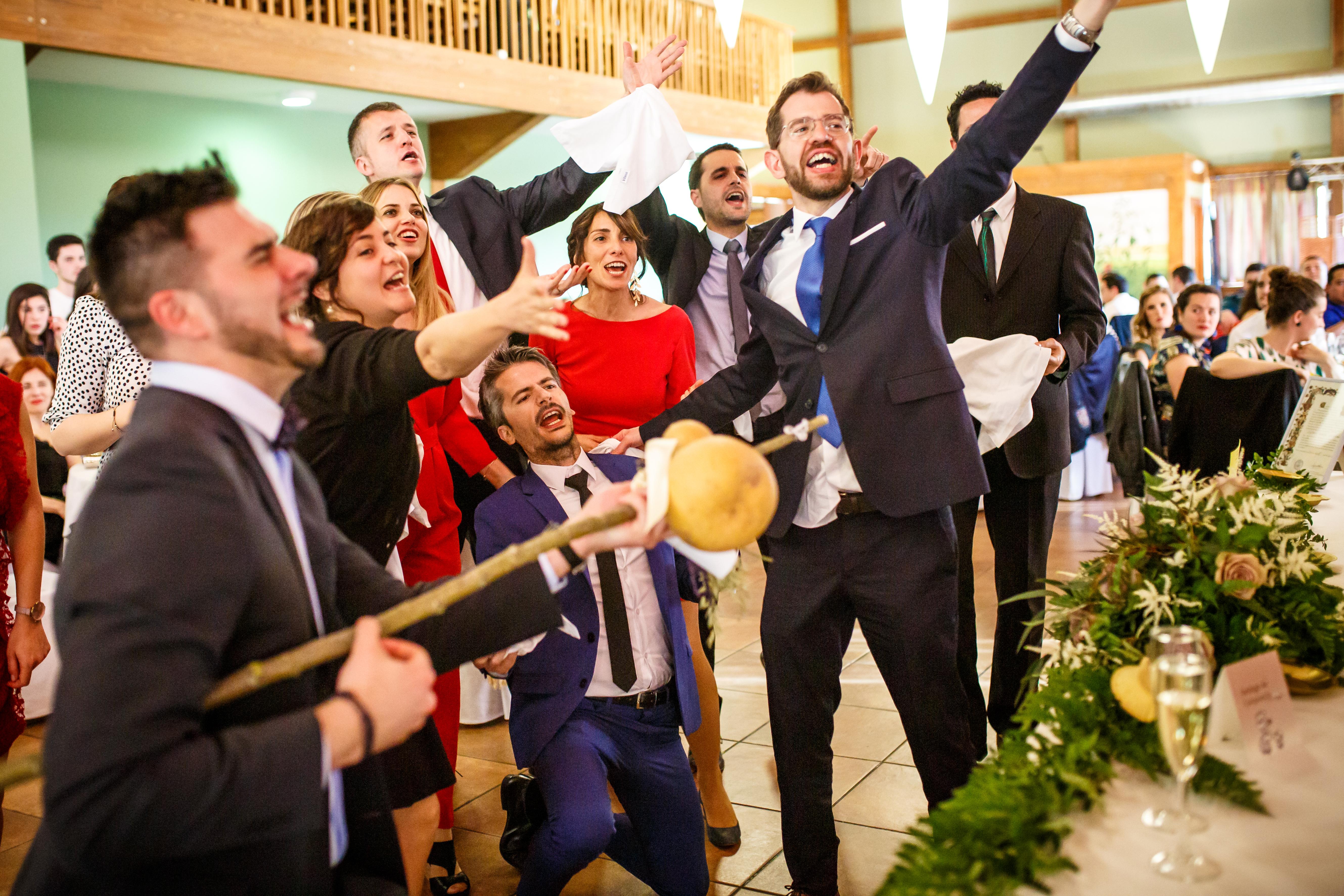 los amigos del novio les cantan a los novios en una boda en laguardia