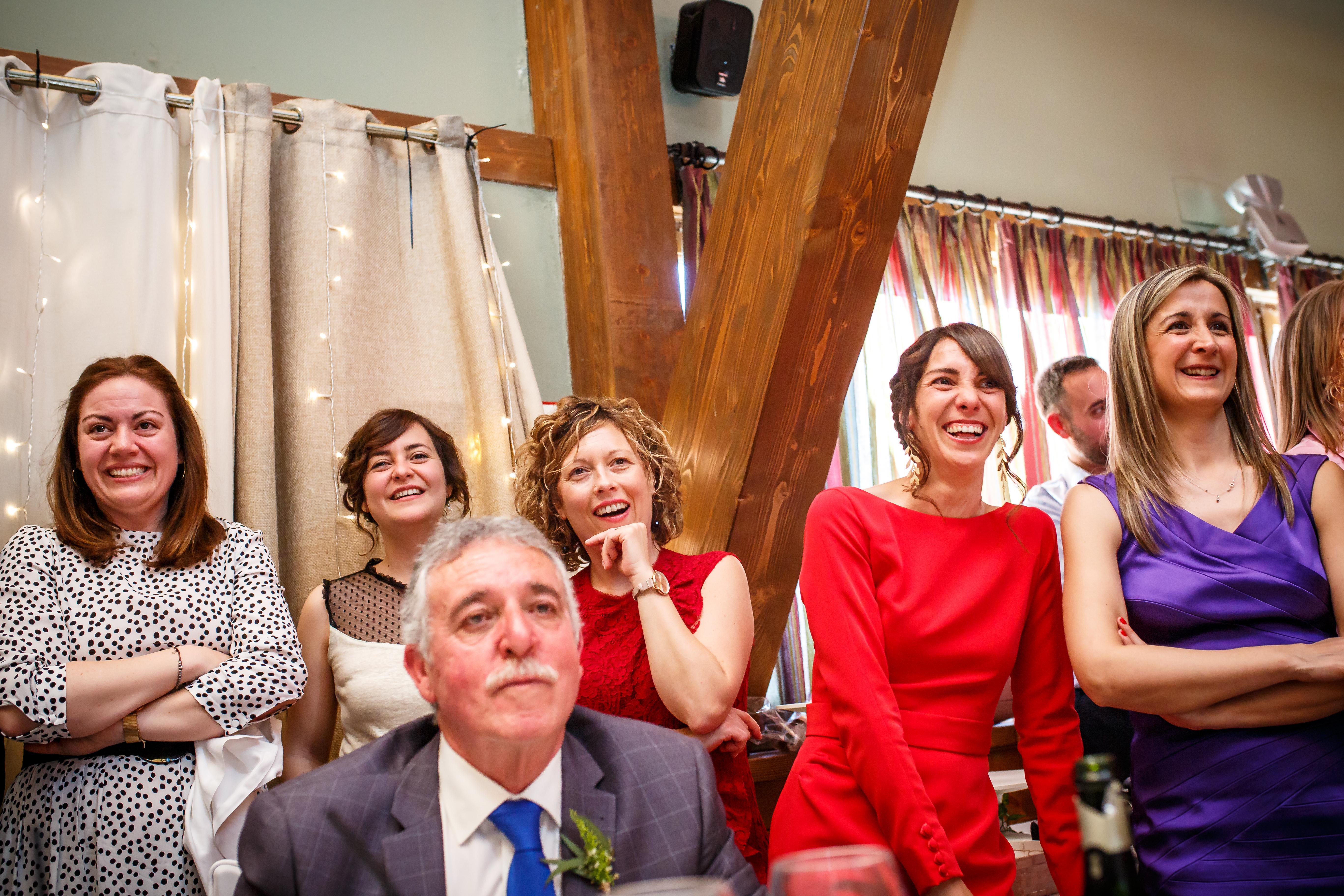 los invitados mientras ven un vídeo en una boda en laguardia