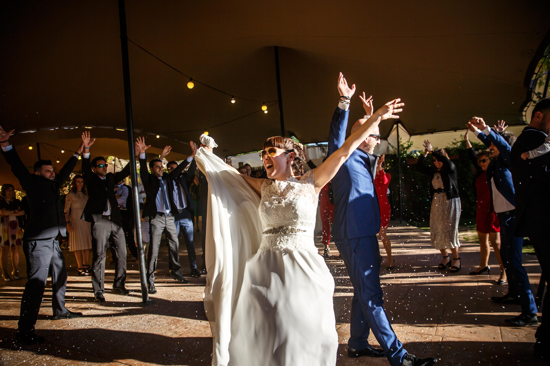 los novios lo dan todo en el baile nupcial en una boda en laguardia