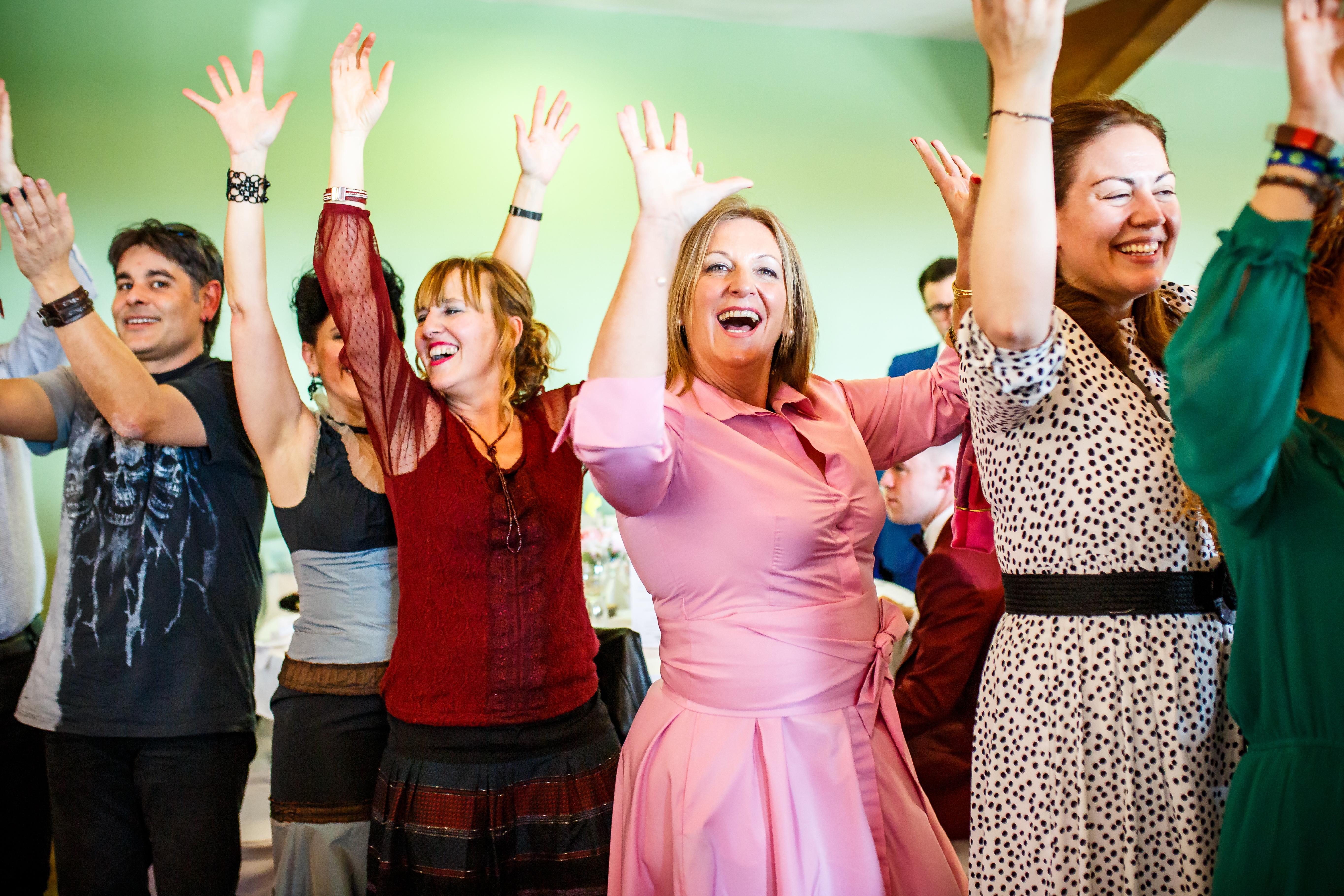 los invitados bailan durante el banquete en una boda en laguardia