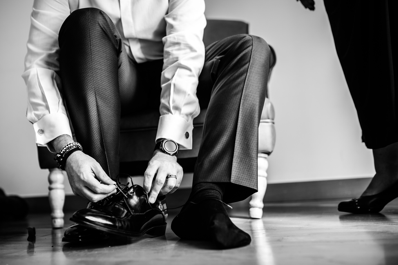 el novio se pone los zapatos en una boda en laguardia