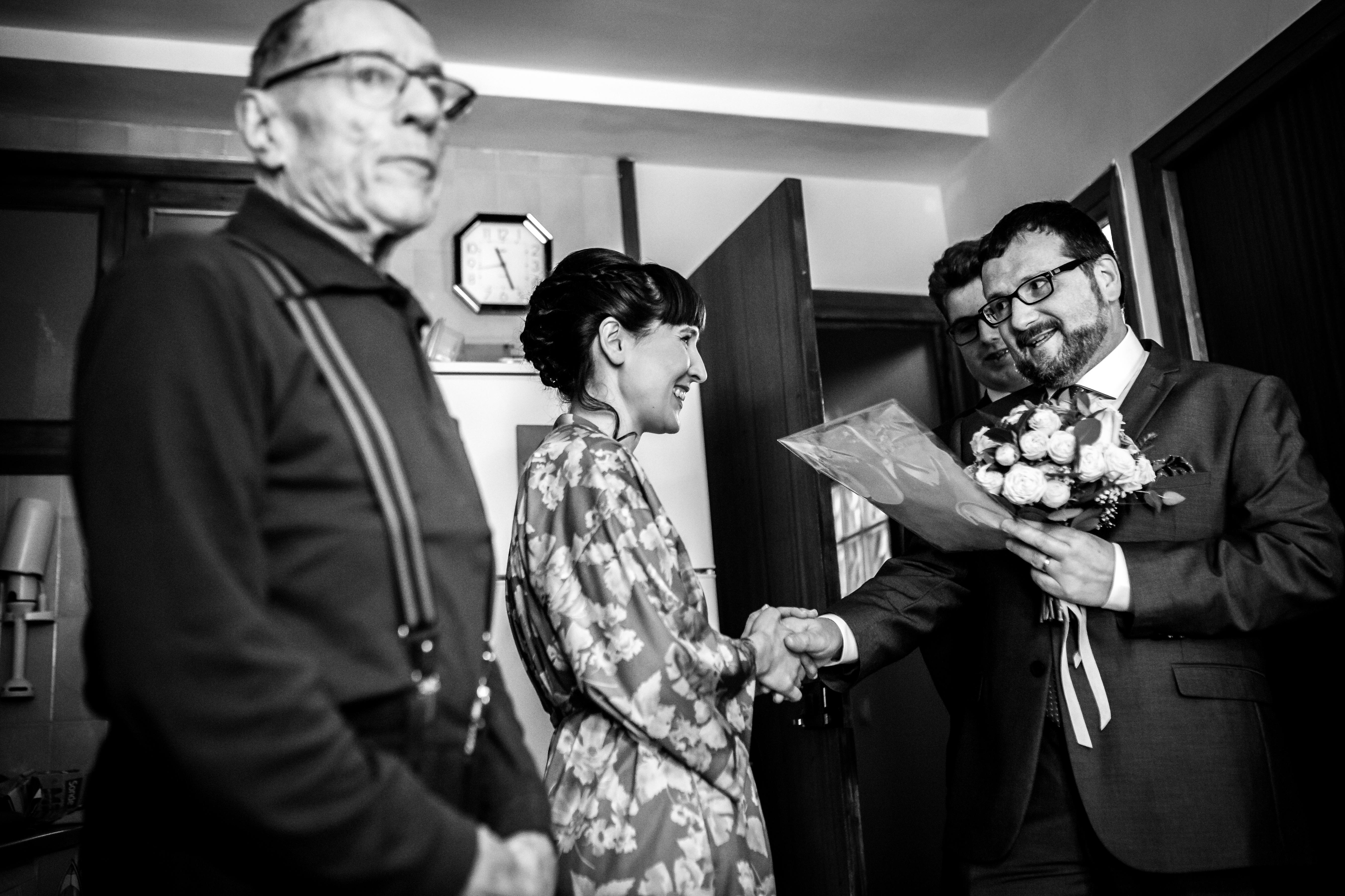 la novia con su padre recibe el ramo de su cuñado, típica tradición catalana en una boda en laguardia