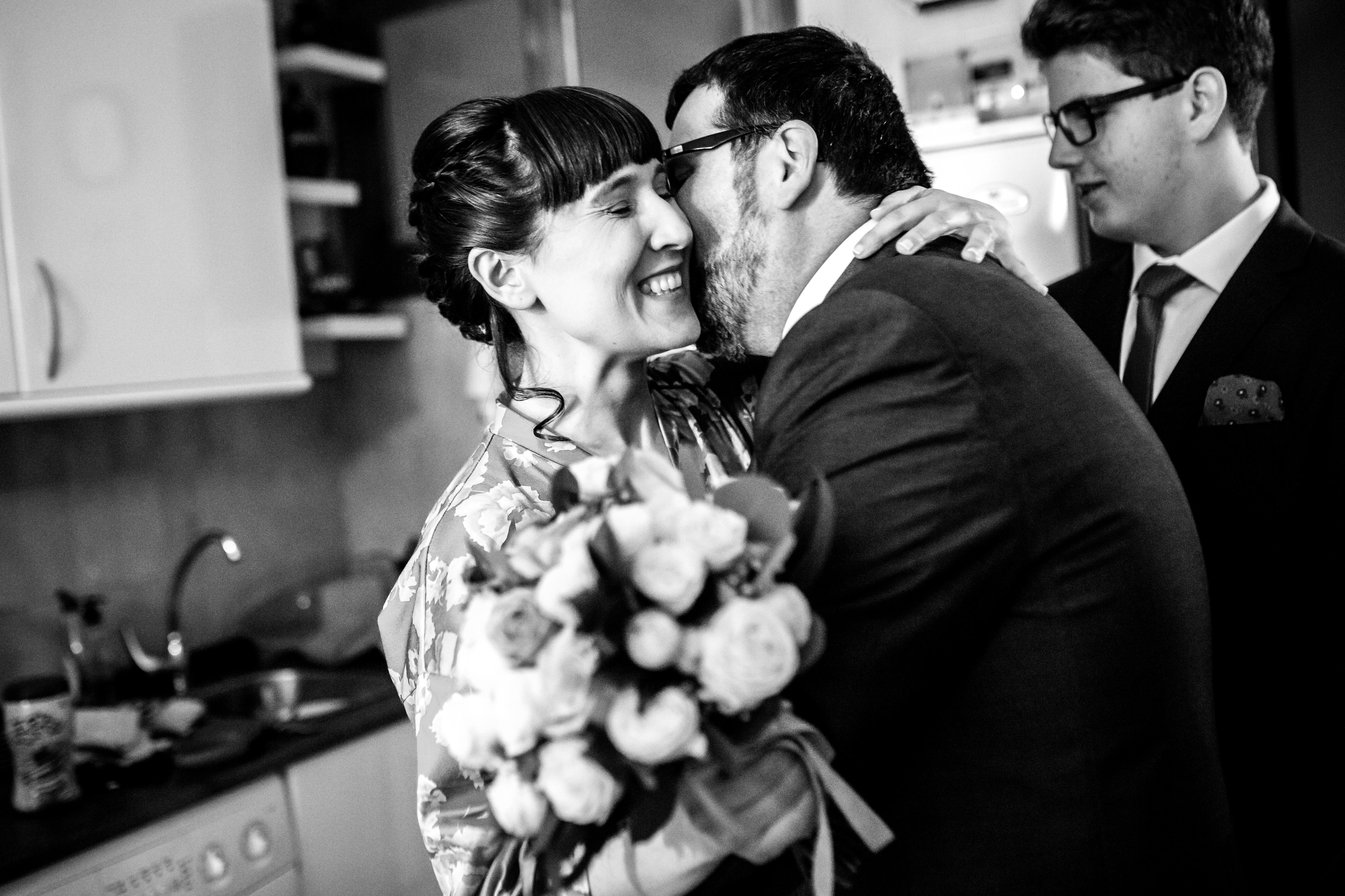 la novia recibe el ramo de parte de su cuñado en una boda en laguardia