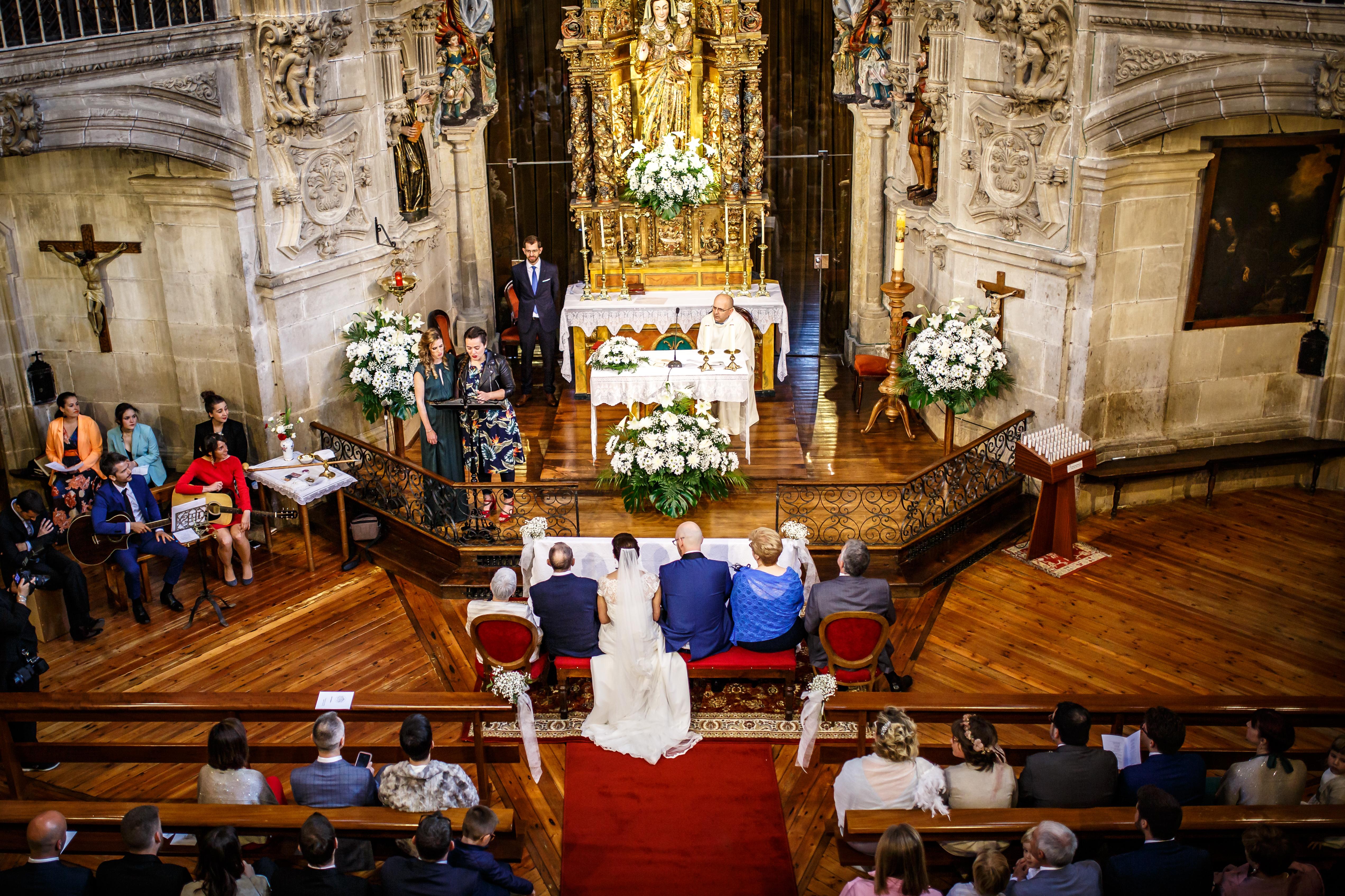plano general de la iglesia durante la ceremonia en una boda en laguardia