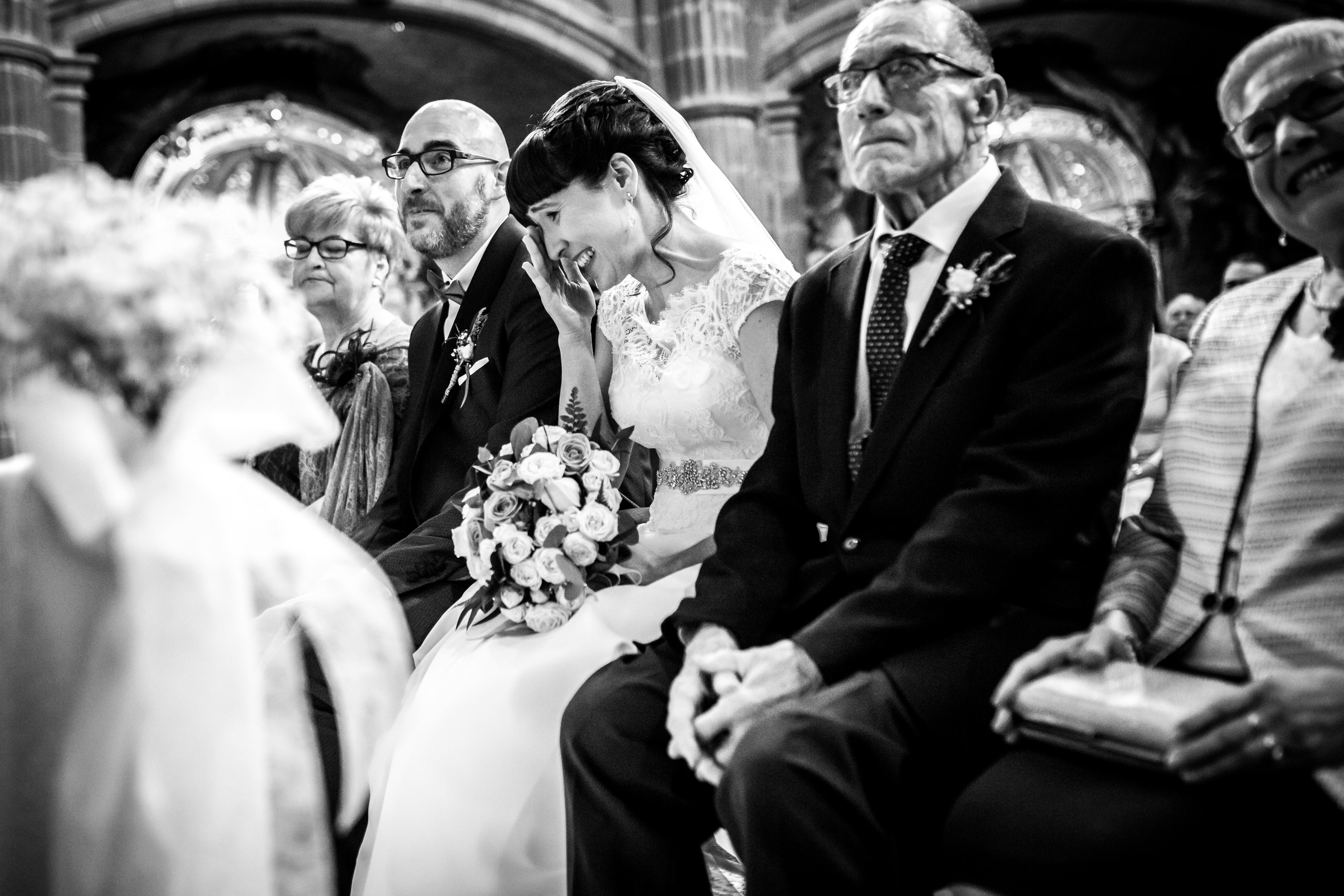 la novia se emociona durante la ceremonia en una boda en laguardia