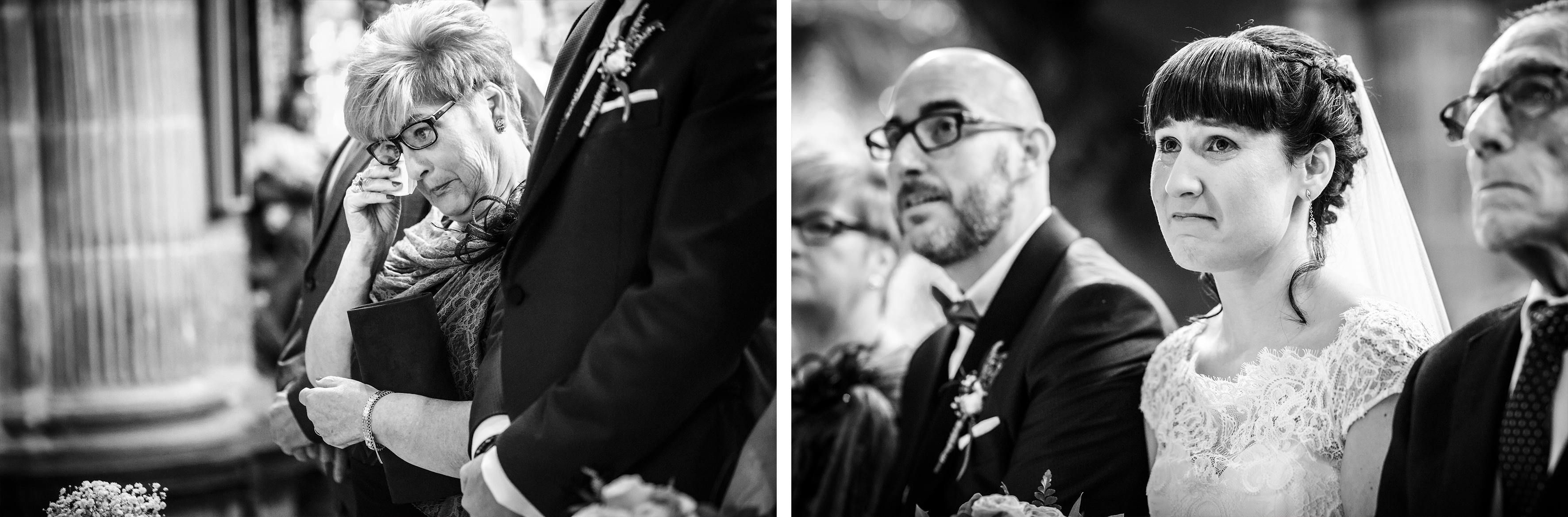 la madre del novio y los novios emocionados durante la ceremonia en una boda en laguardia