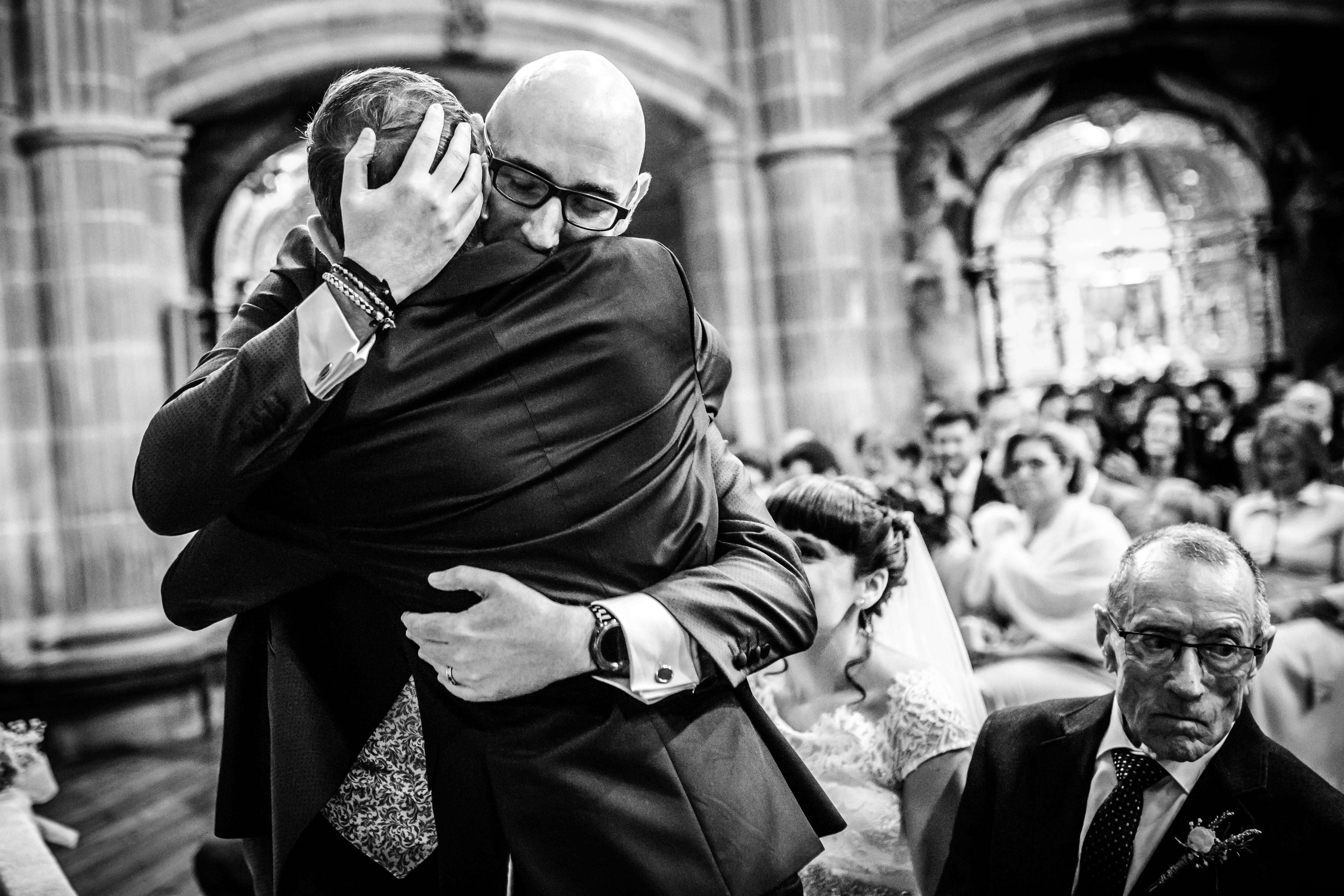 el novio abraza a un amigo tras leer durante la ceremonia en una boda en laguardia