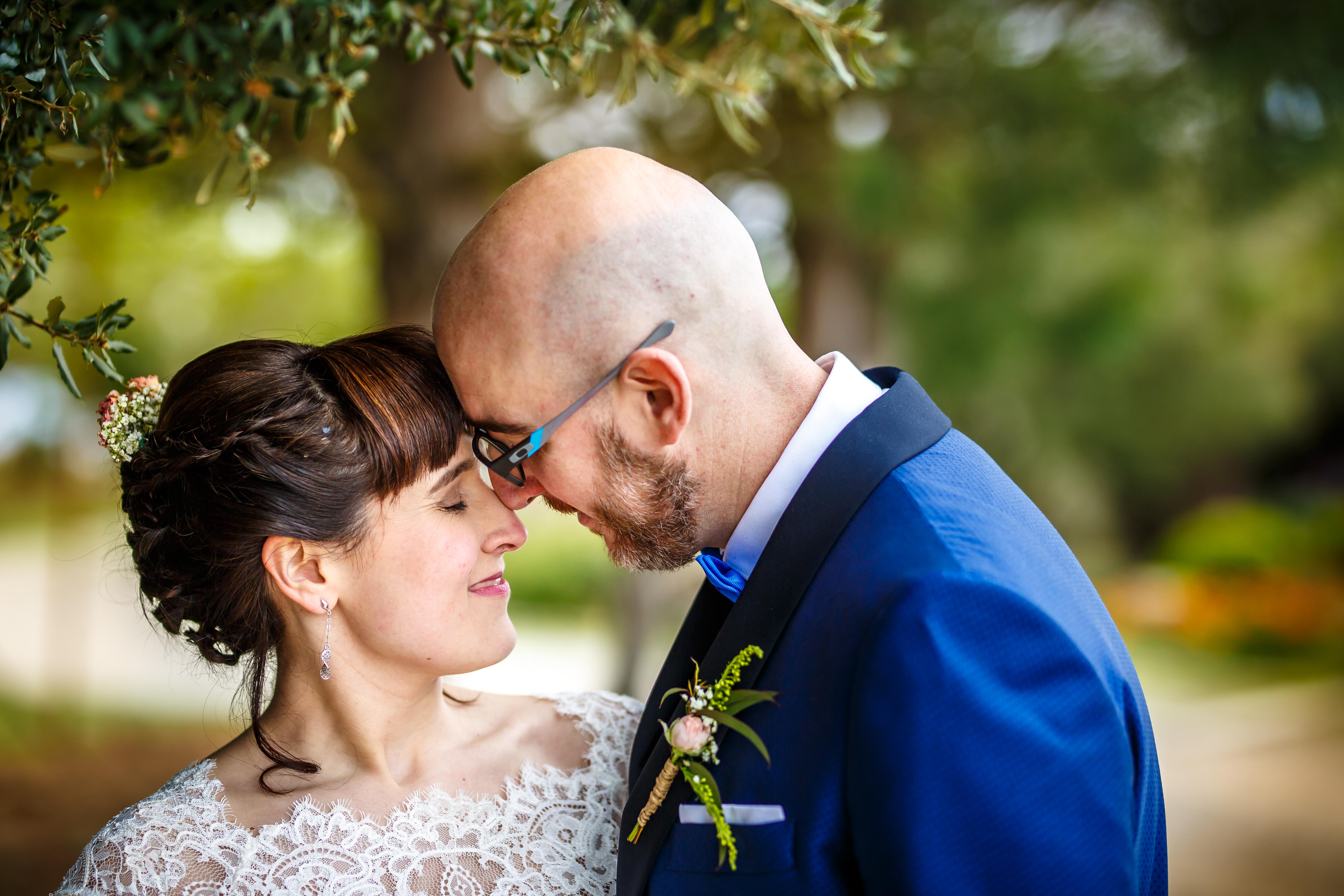 los novios se hacen carantoñas durante el reportaje en una boda en laguardia