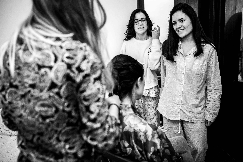 las sobrinas visitan a la novia mientras se peina en una boda en laguardia