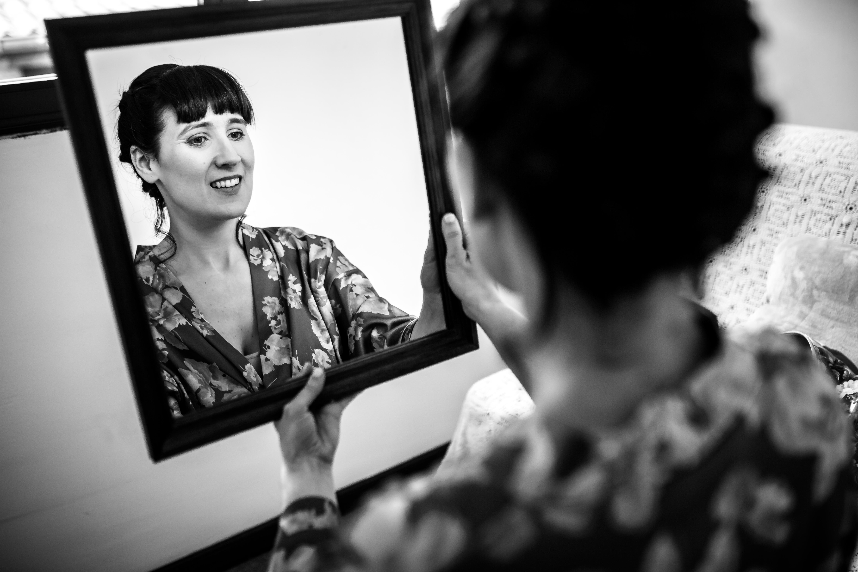 la novia se mira en un espejo después de maquillarse en una boda en laguardia