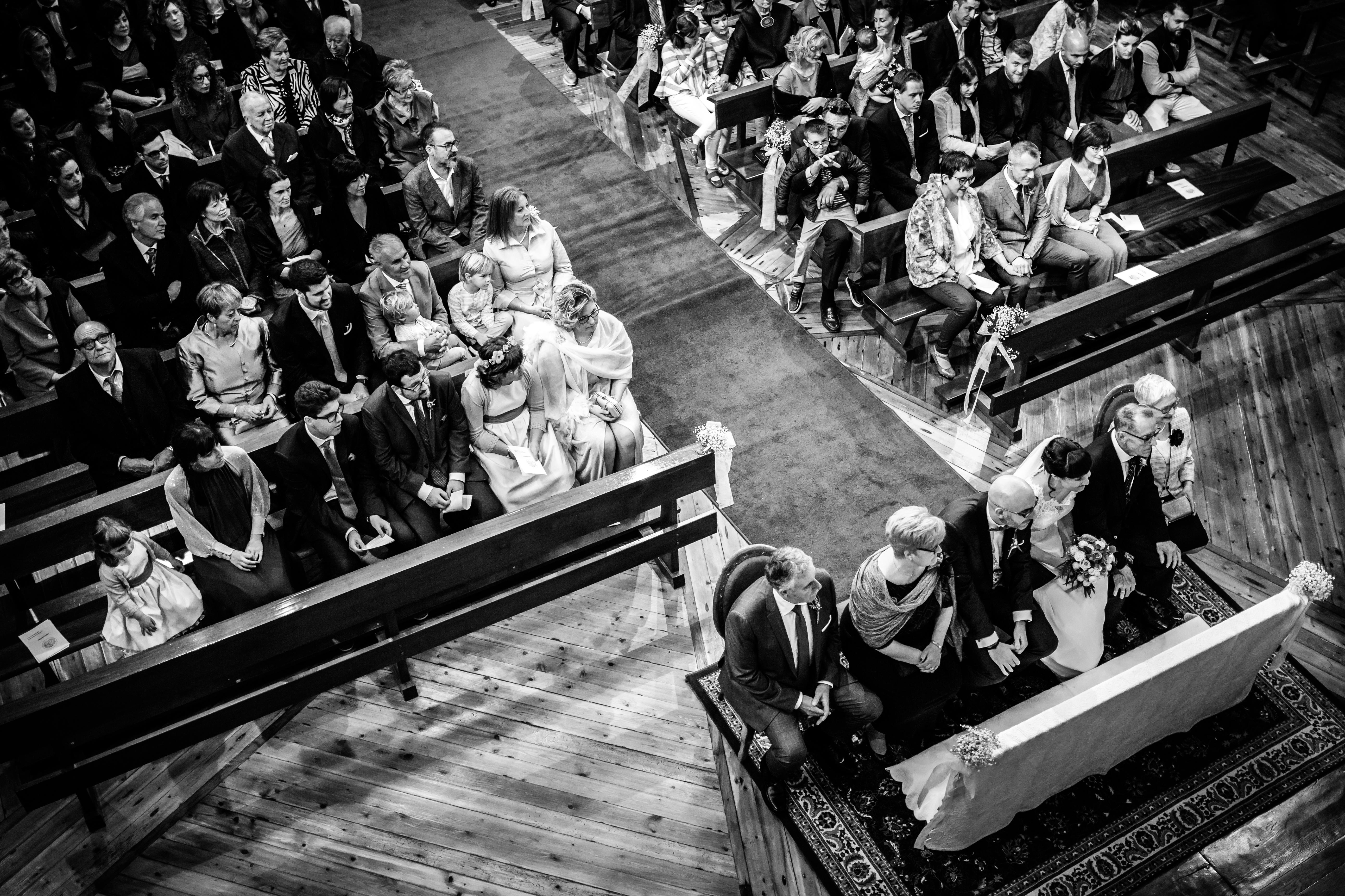 foto de los novios y los invitados durante la ceremonia en una boda en laguardia