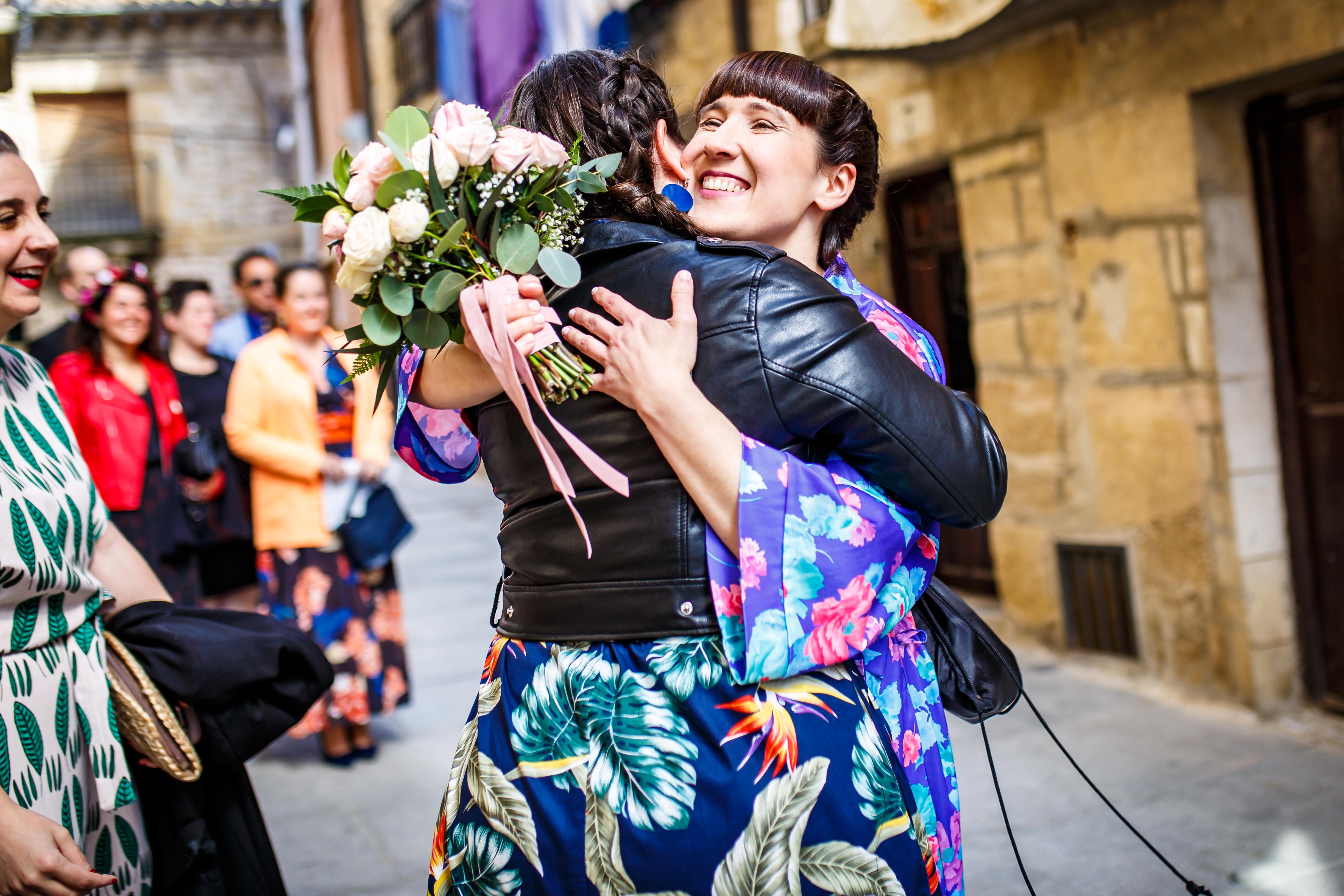 la novia abraza a una amiga en una boda en laguardia