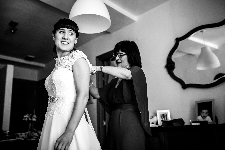 la hermana atando el vestido a la novia en una boda en laguardia