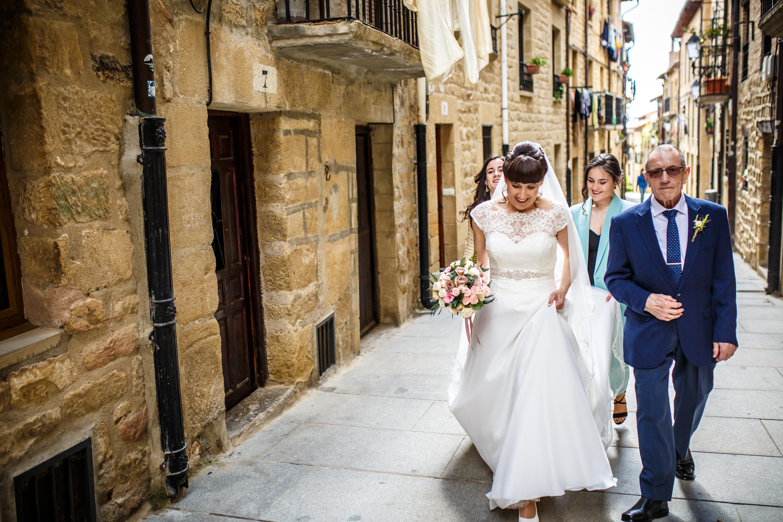 la novia se dirige a la iglesia junto a su padre y sus primas en una boda en laguardia
